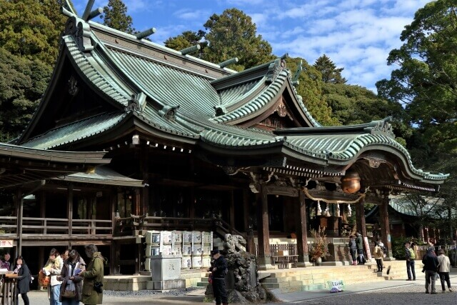 筑波山神社の境内 拝殿前 参拝者
