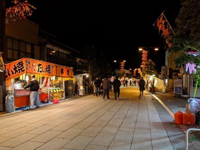 鹿島神宮 初詣 両側に屋台が並ぶ門前通り