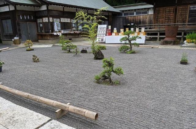 吉田神社 拝殿前の枯山水庭園と社務所