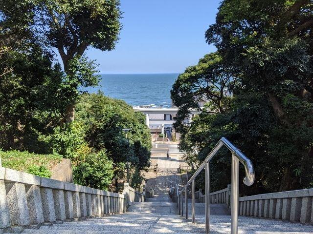 大洗磯前神社 階段の上から 二の鳥居と海
